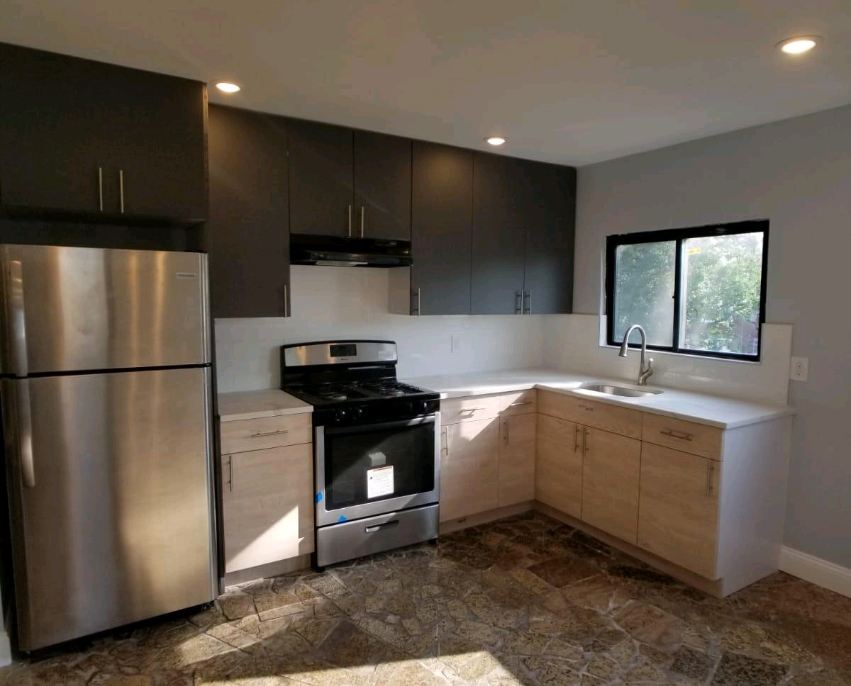 Kitchen Wood Cabinet and Quartz Stone Countertop for Multifamily Housing