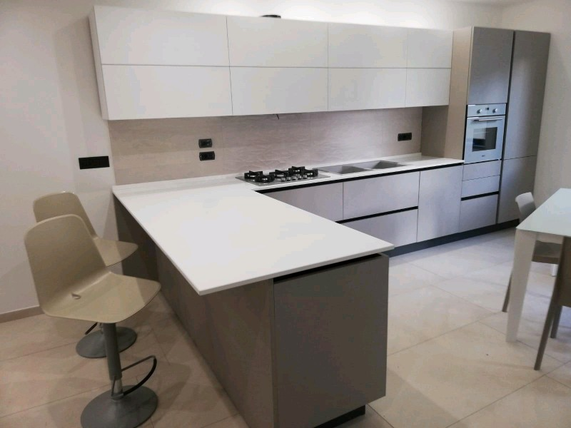 Kitchen Wooden Cabinet and Quartz Counter Surface for Apartment Renovation