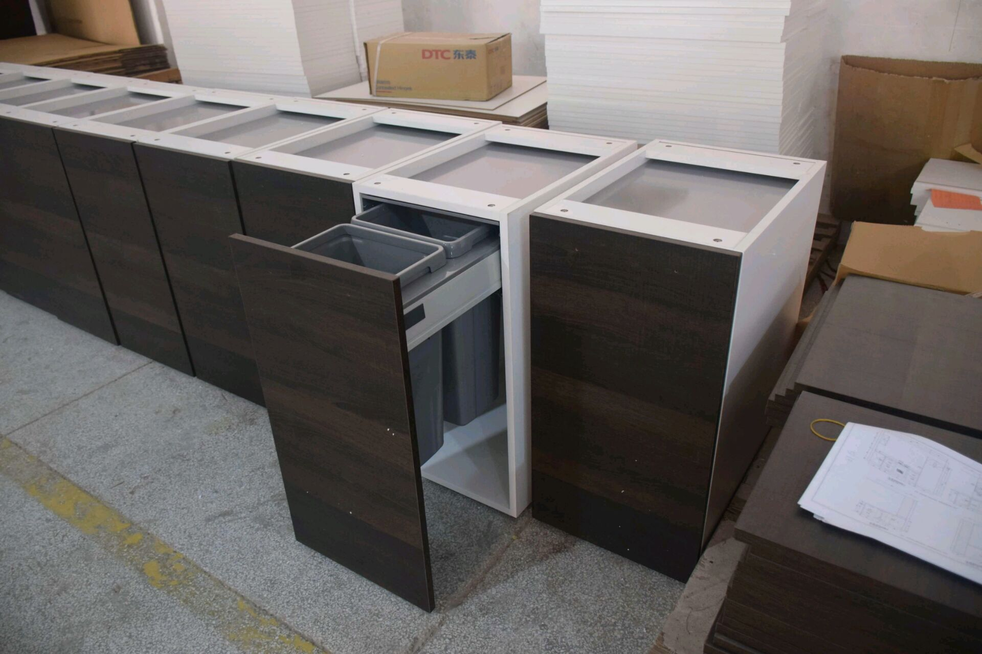 Frameless Kitchen Cabinet with Pull-out Tray and Slab Cabinet Door
